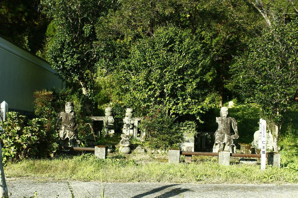 右側が北郷久秀、左側が弟忠通のお墓
