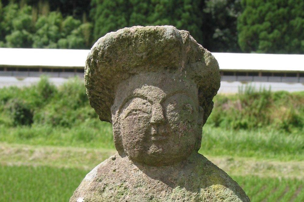 ふっくらとした頬に、優しげな表情をしており、とても親しみの持てる田の神です。